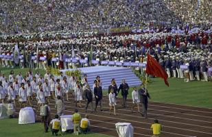 Церемония открытия ХХ летних Олимпийских игр в Мюнхене. 26 августа 1972 года. По мюнхенскому олимпийскому стадиону идет делегация спортсменов СССР. Флаг Советского Союза несет двукратный олимпийский чемпион по вольной борьбе Александр Медведь.