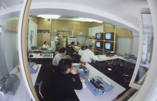 Представители средств массовой информации в пресс-центре Олимпийского комплекса Лужники, во время XXII летних Олимпийских игр.