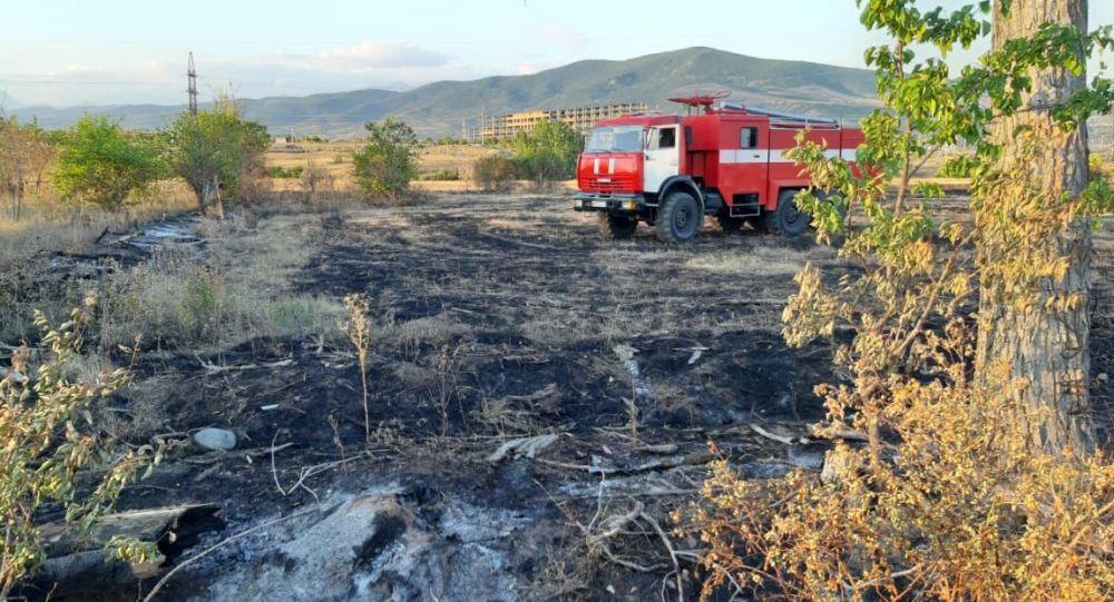 Пожарные тушат возгорание сухостоя на окраине Цхинвала