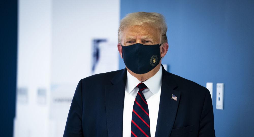 Президент США Дональд Трамп в защитной маске