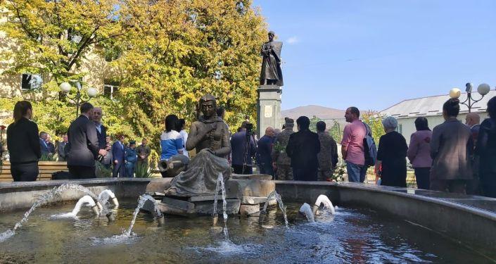 Возложение цветов к памятнику Коста Хетагурову в Цхинвале