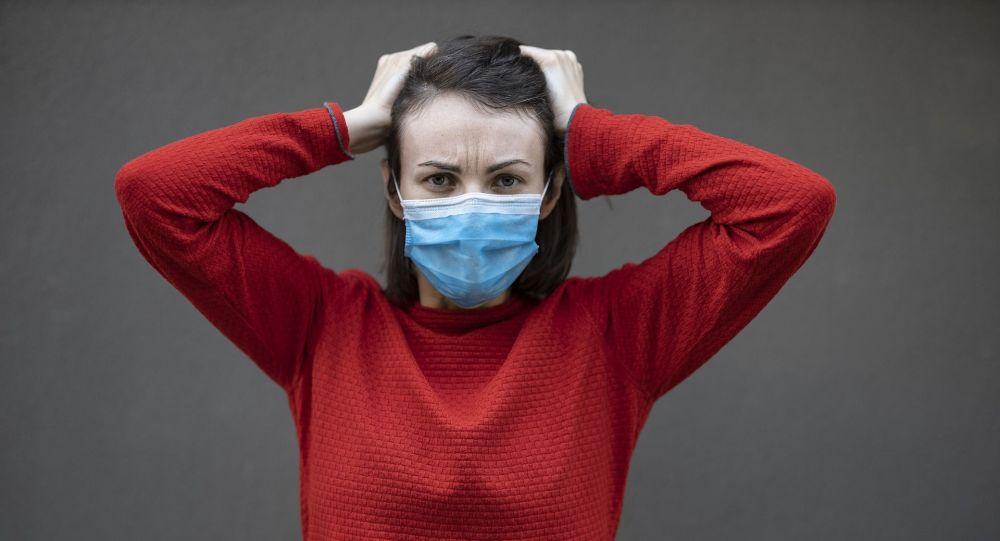 Девушка в защитной маске