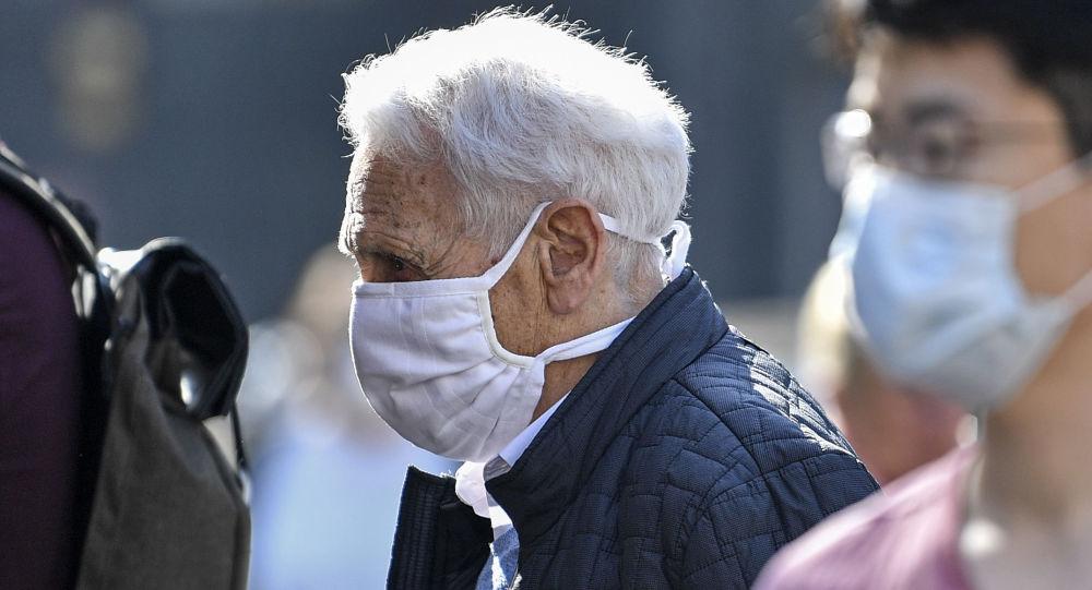 Пожилой человек в маске