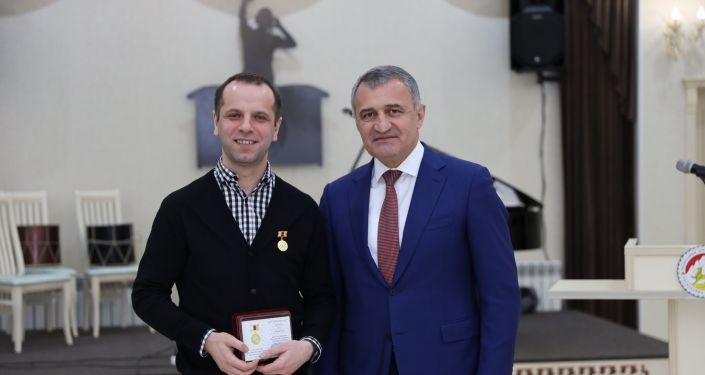 Президент Южной Осетии наградил работников культуры
