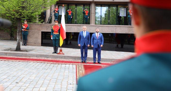 Анатолий Бибилов (слева) и Денис Пушилин на праздновании Дня Донецкой Народной Республики