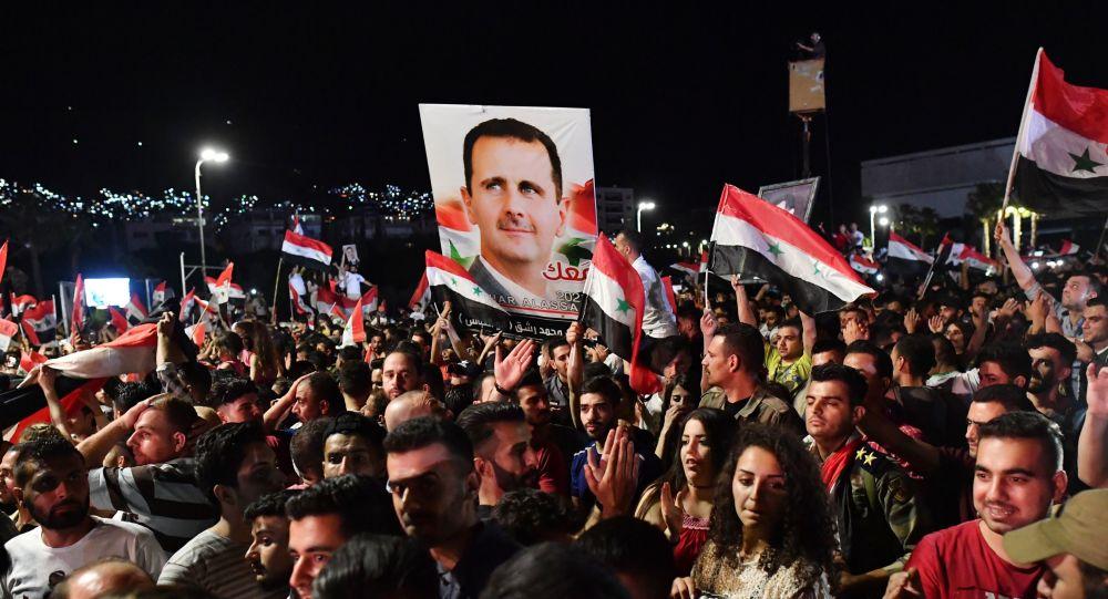 Люди радуются победе на президентских выборах Башара Асада на центральной площади Дамаска