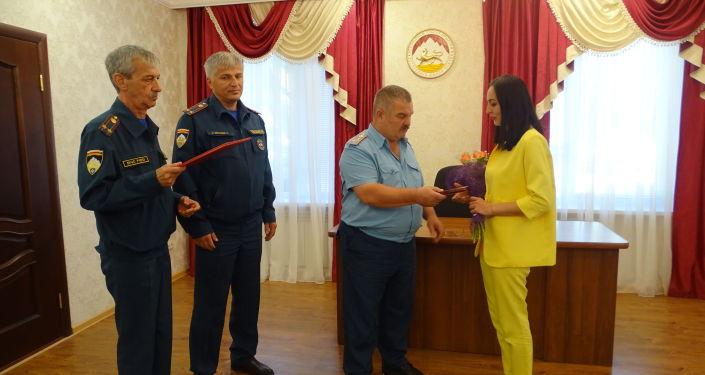 Награждение Аксаны Кундуховой за спасение утопающей девочки