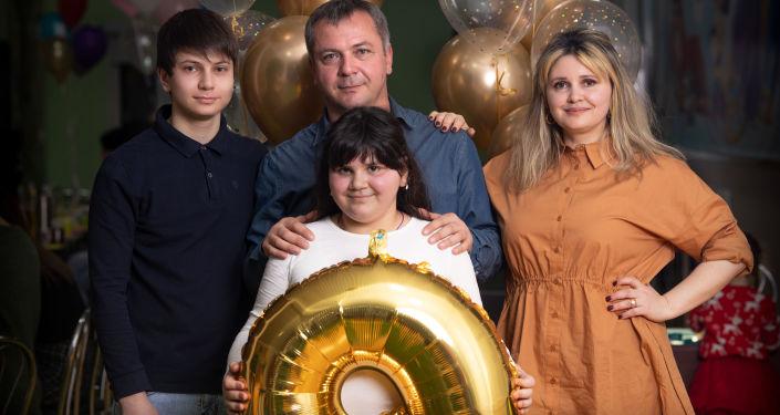 Джони Техов и Карина Гаглоева с детьми Асланом и Машей