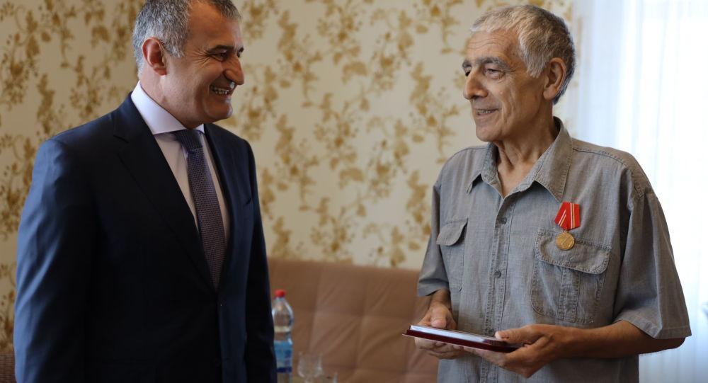 Анатолий Бибилов наградил медалью Защитнику Отечества Константина Пухаева