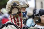 Американский военнослужащий в маске в виде американского флага