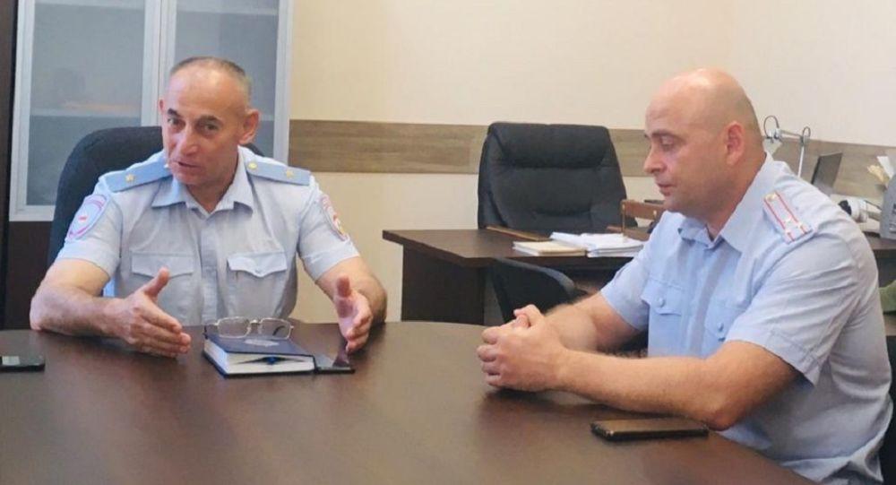 И.о. министра внутренних дел РЮО Мераб Пухаев (слева) и новый начальник ГУВД Цхинвала Радион Габараев