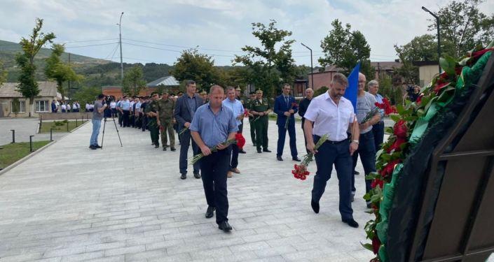 В Цхинвале возложили цветы и венки к Монументу Защитникам отечества