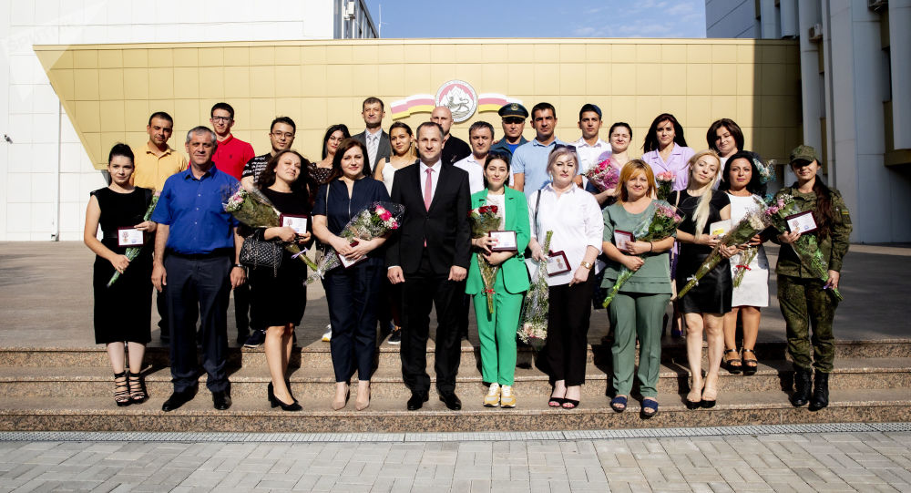 Геннадий Бекоев наградил волонтеров красной зоны