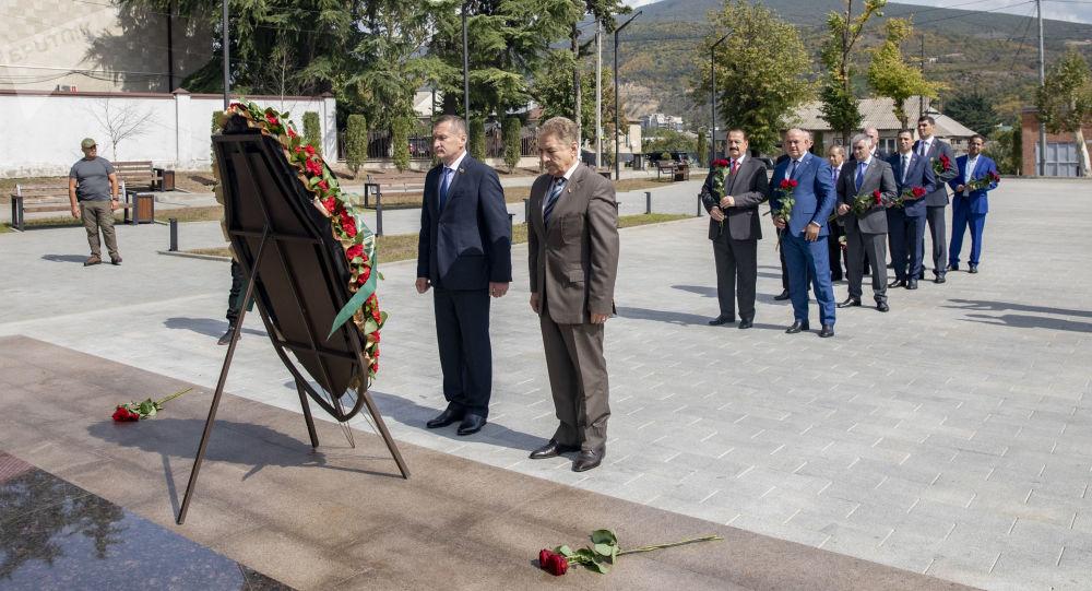 Делегация Сирии возлагает цветы к мемориалу Защитникам Отечества в Цхинвале
