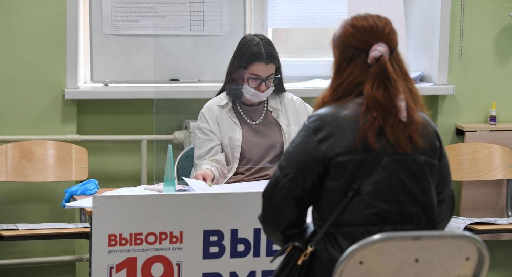 Девушка на избирательном участке на выборах депутатов Государственной Думы РФ