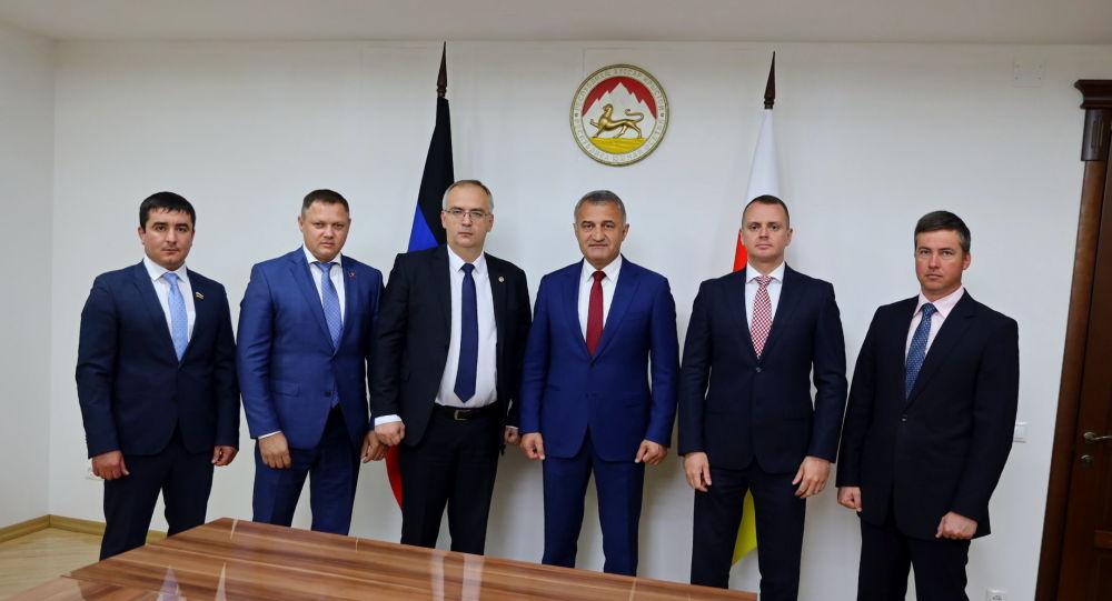 Встреча Анатолия Бибилова с делегацией ДНР