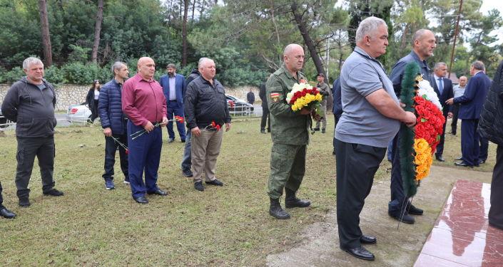 Президент Анатолий Бибилов возложил цветы к памятнику югоосетинским добровольцам в Абхазии