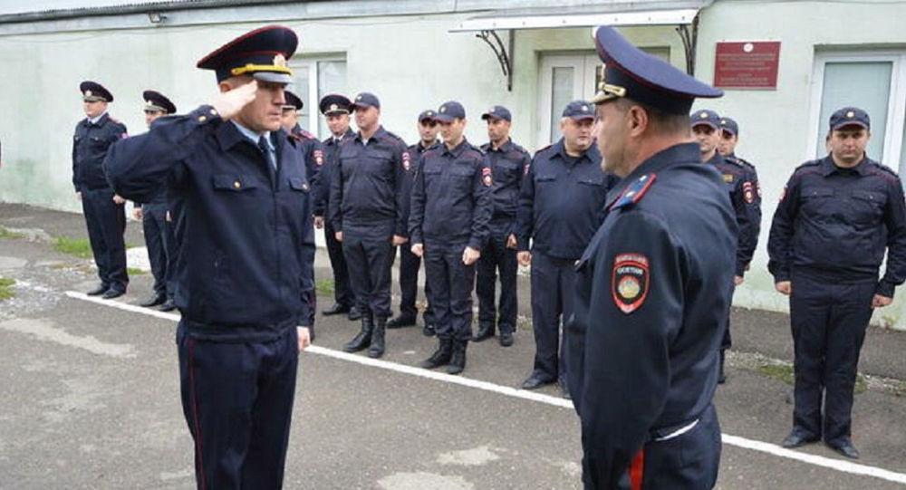 Начальник УВО МВД Южной Осетии Рамин Лалиев (слева)