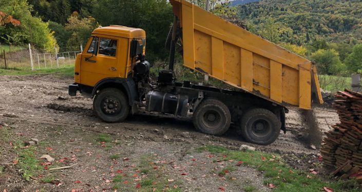 Дорожники ремонтируют в село Борджнис дорогу