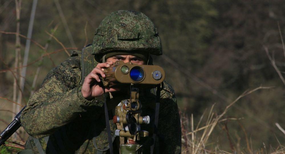 Военнослужащий российской базы в Южной Осетии на учениях