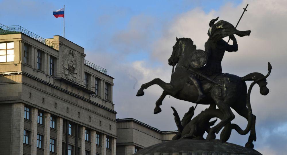 Статуя Георгия Победоносца на Манежной площади и здание Государственной Думы РФ