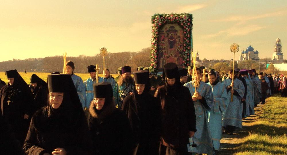 Крестный ход по Боголюбовскому лугу в честь престольного праздник Покрова Пресвятой Богородицы.