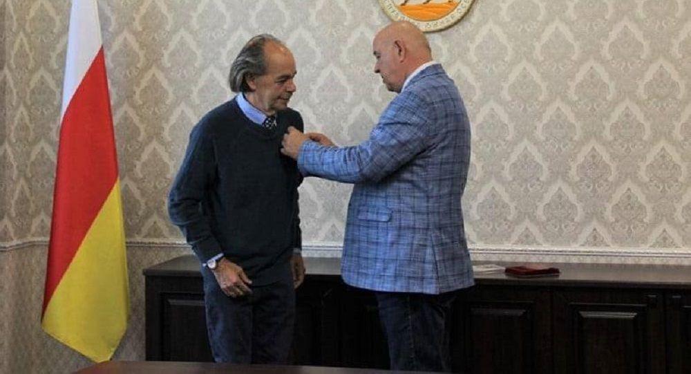 Дмитрий Медоев наградили представителя МИД Южной Осетии в Италии Мауро Мурджиа