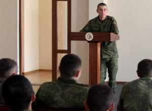 Офицерами Учебной роты Минобороны РЮО проводятся занятия по медицинской подготовке с военнослужащими-призывниками
