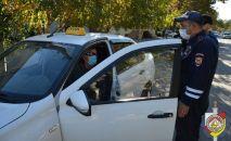 ГАИ Южной Осетии проводит беседы с таксистами в связи с распространением COVID-19