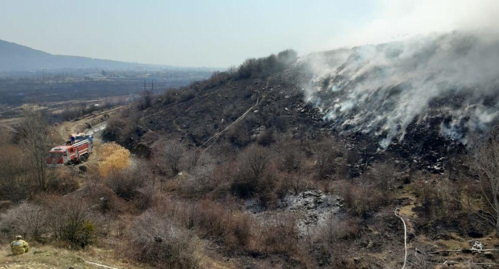 Тушение пожара на мусорном полигоне около Цхинвала