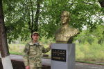 Инал Сабанов рядом с бюстом своего деда