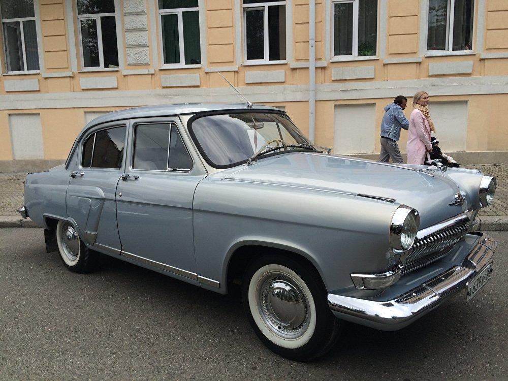 Советская ретро-машина. До сих пор сохранилась в отличном состоянии и радует глаза гостей праздника