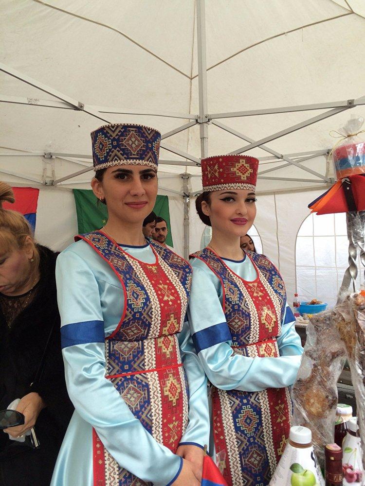 Эти прекрасные девушки — представительницы общественной армянской организации Эребуни