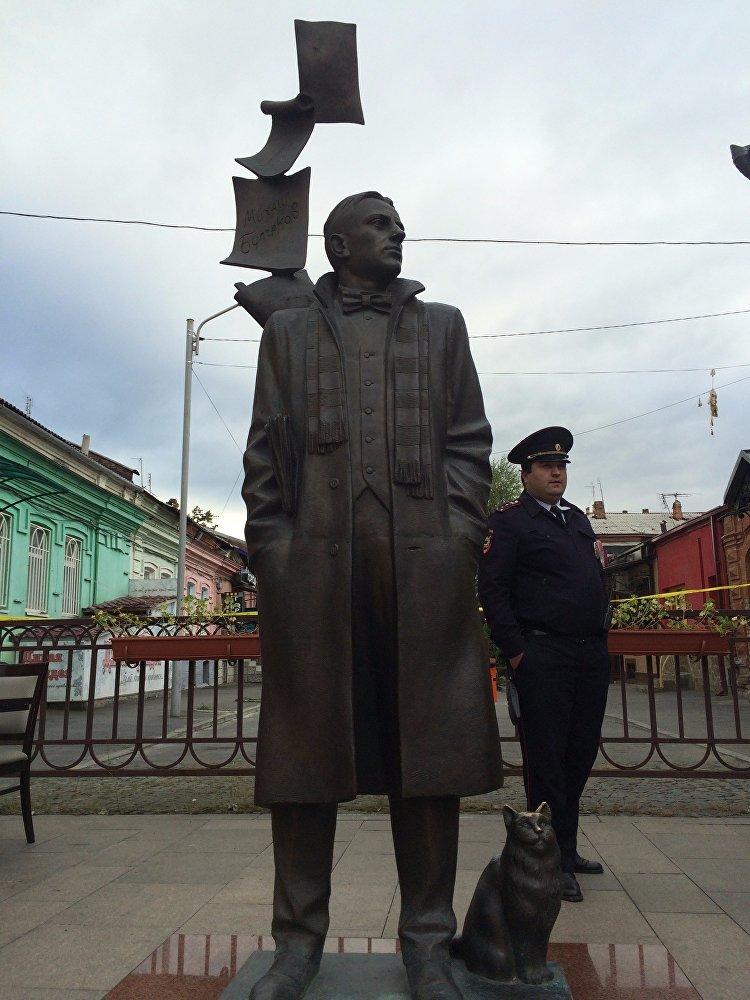 А на страже порядка стояли Михаил Афанасьевич Булгаков и сотрудник полиции. Горожане были в надежных руках