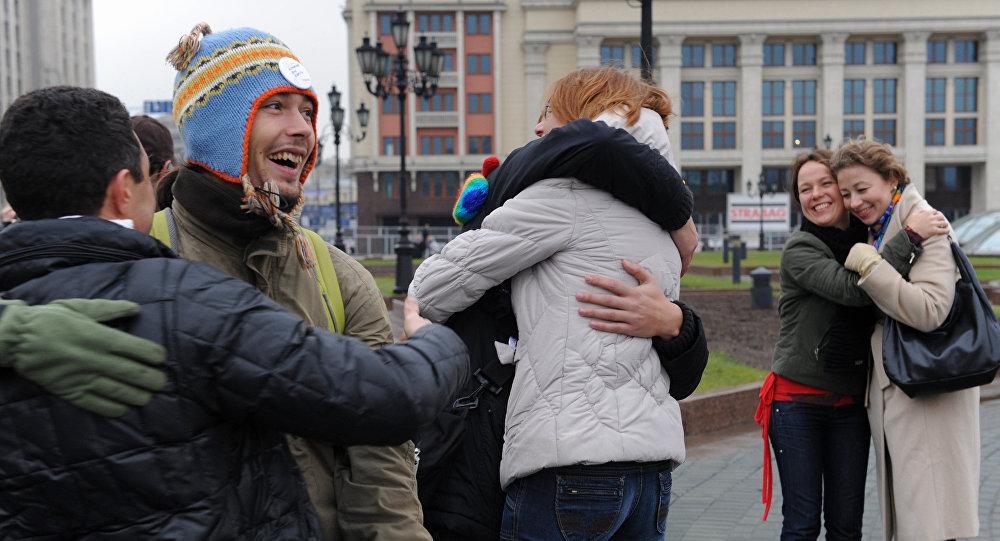 Флэшмоб, посвященный Всемирному Дню доброты, прошел на Манежной площади в Москве