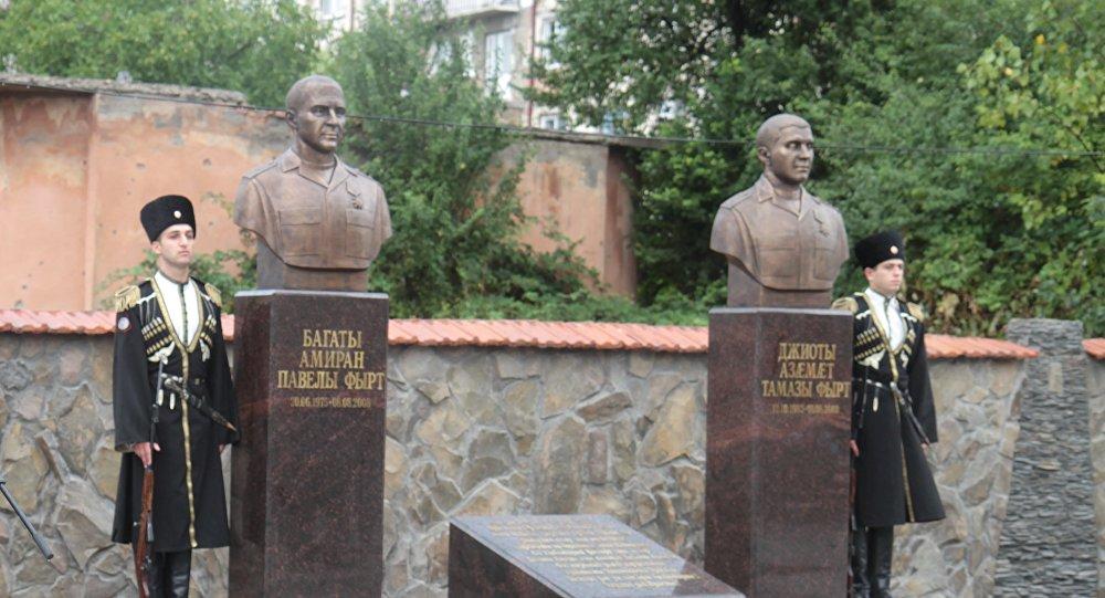 В Цхинвале открыли памятники Амирану Багаеву и Азамату Джиоеву