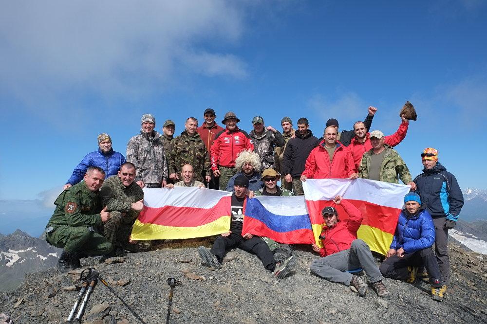 Водружение флага Южной Осетии на горной вершине