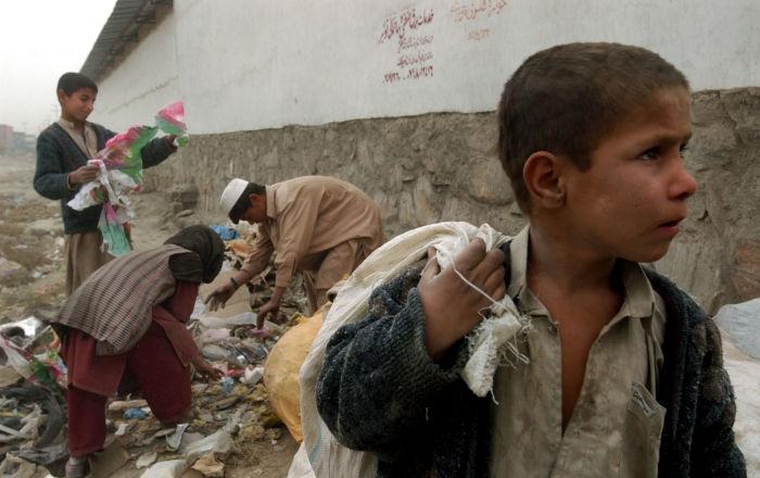 Афганские дети собирают переработанные материалы для сжигания дров