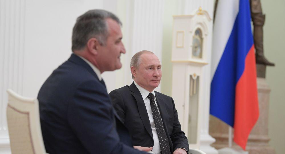 Президент РФ Владимир Путин и президент РЮО Анатолий Бибилов во время встречи