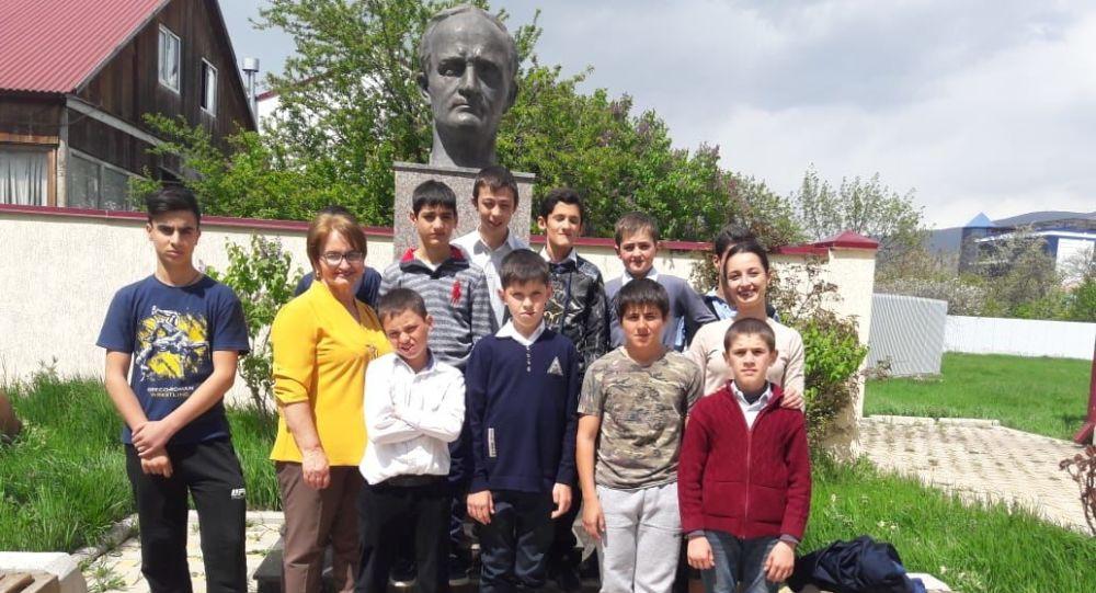 Дети из Цхнвальского интерната побывали на экскурсии в художественном училище