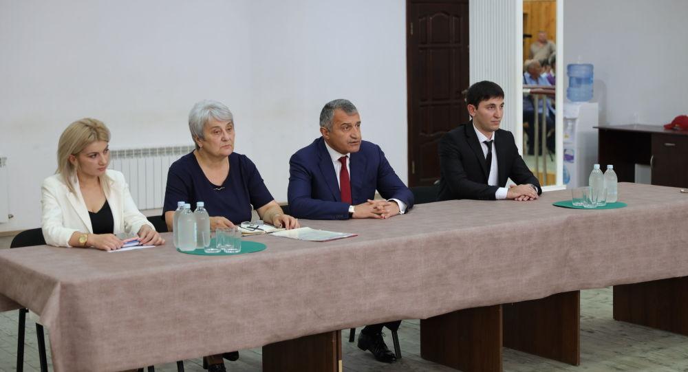Анатолий Бибилов представил коллективу ансамбля Симд нового художественного руководителя