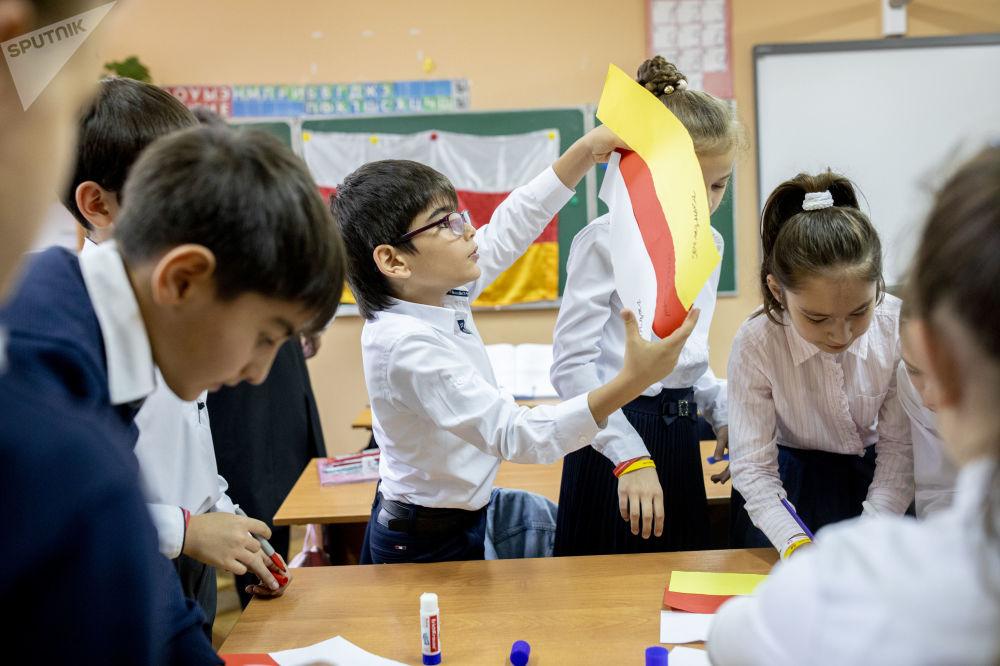 Игра среди учеников гимназии Альбион, приуроченная ко дню государственного флага республики Южная Осетия