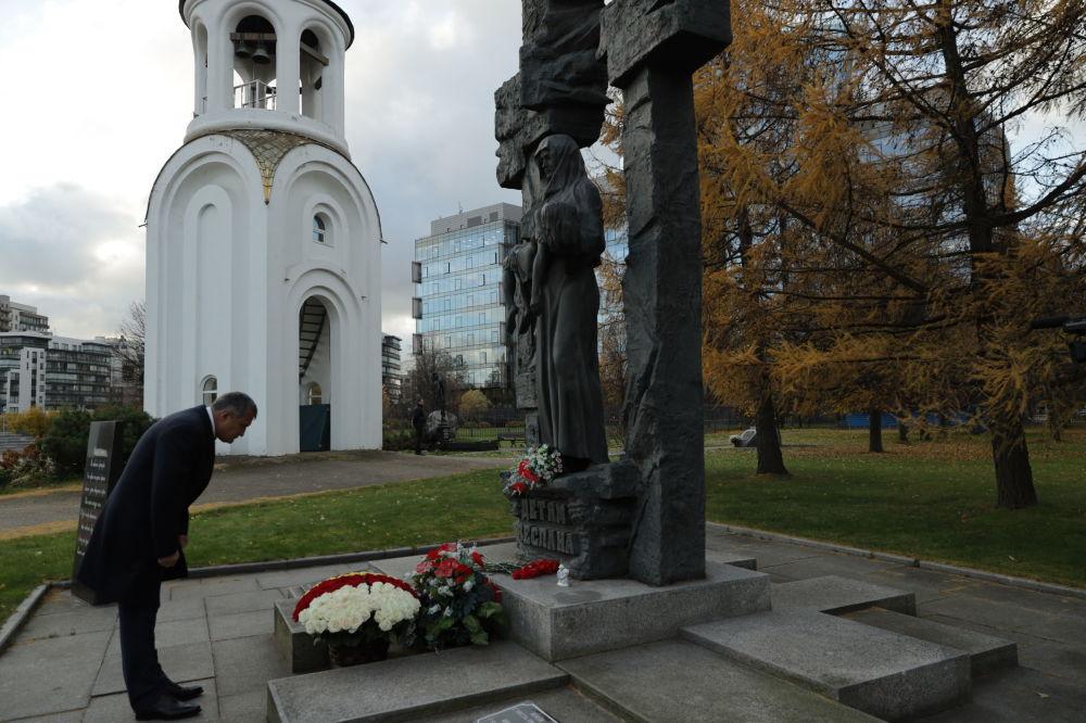 Анатолий Бибилов возложил цветы к Монументу жертвам Беслана в Санкт-Петербурге