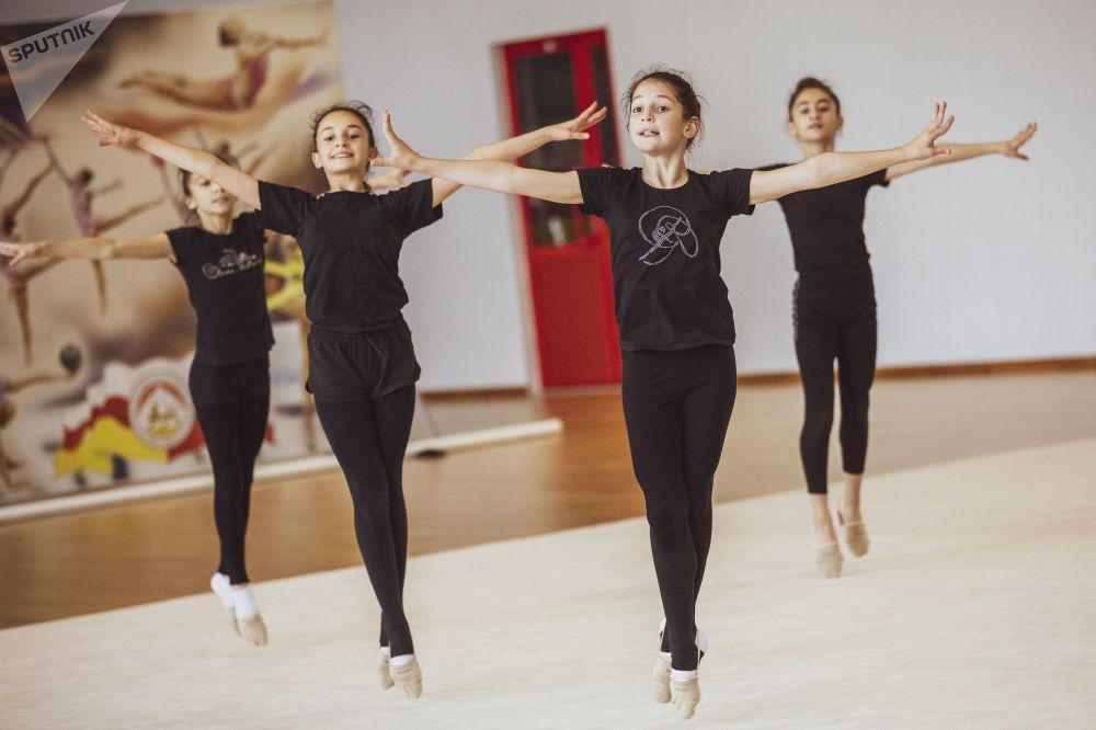 Тренировка юных гимнасток в Олимпе