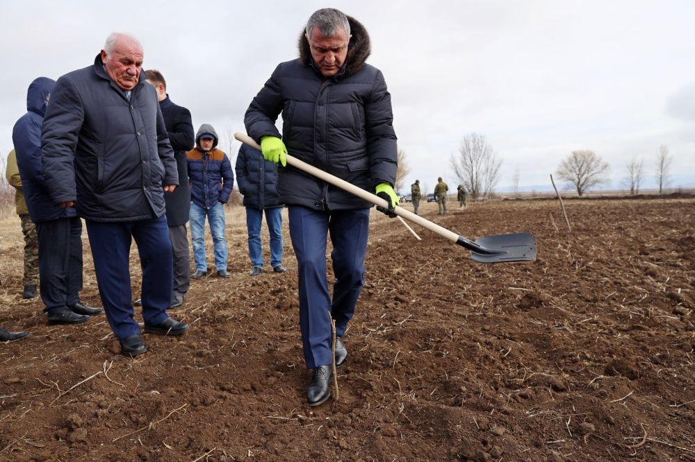 Президент Анатолий Бибилов посетил сады фундука в селе Аунеу