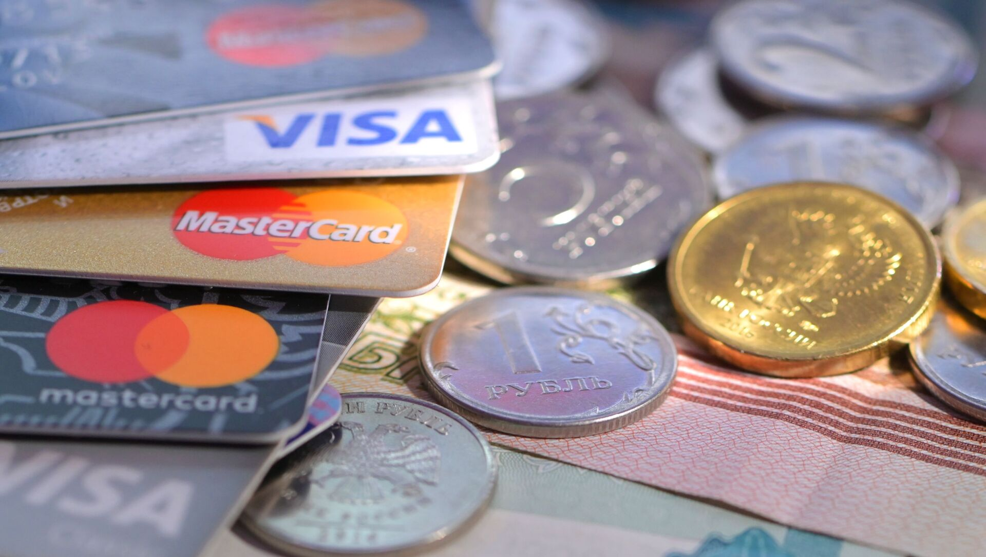 Монеты и банковские карты международных платежных систем VISA и MasterCard - Sputnik Южная Осетия, 1920, 09.10.2021