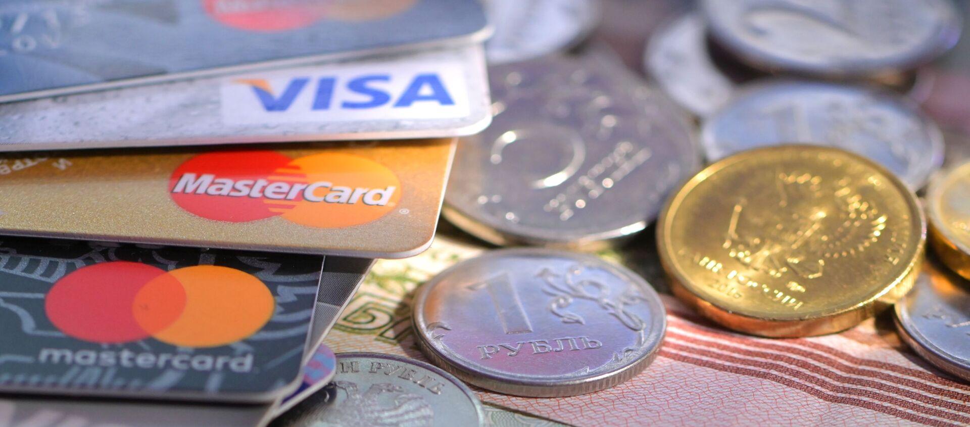 Монеты и банковские карты международных платежных систем VISA и MasterCard - Sputnik Южная Осетия, 1920, 10.12.2020