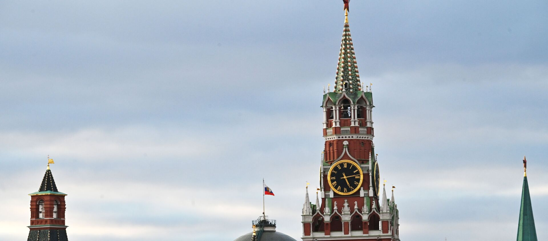 Московский Кремль. В центре: Спасская башня. На втором плане: Сенат. - Sputnik Южная Осетия, 1920, 22.09.2021