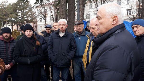 Экс-президенты и депутаты первого созыва парламента Южной Осетии встретились с семьей убитого Инала Джабиева - Sputnik Южная Осетия