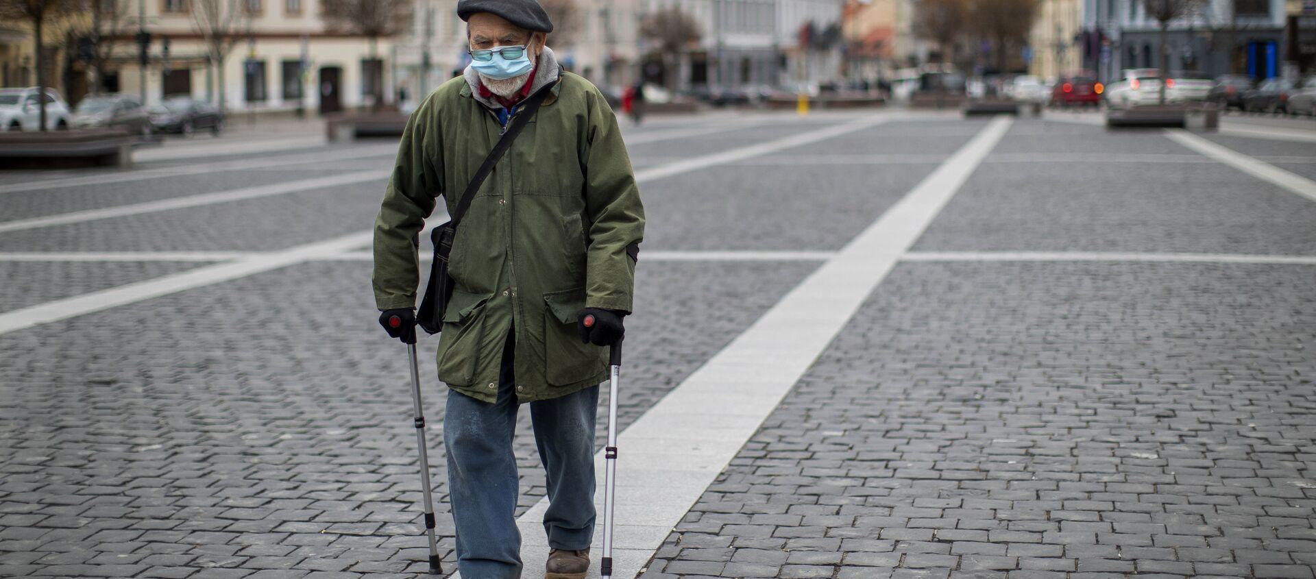 Пожилой человек в маске - Sputnik Южная Осетия, 1920, 30.09.2021
